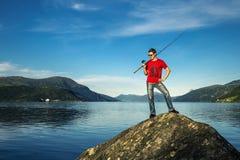 O homem novo está pescando em Noruega Fotos de Stock Royalty Free