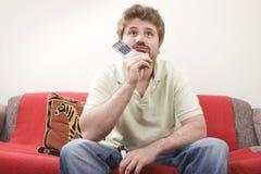 O homem novo está prestando atenção à tevê fotos de stock