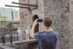 O homem novo está tomando uma imagem de um castelo foto de stock