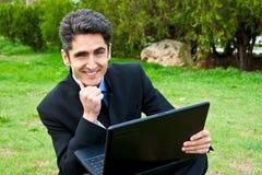 O homem novo está trabalhando no portátil. Fotografia de Stock