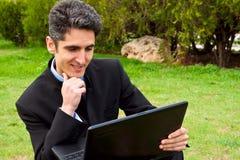 O homem novo está trabalhando no portátil. Imagem de Stock