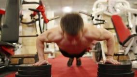 O homem novo está treinando no gym filme