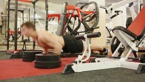 O homem novo está treinando no gym video estoque