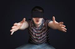 O homem novo está vestindo vidros da realidade 3D virtual Baixa foto chave Foto de Stock Royalty Free