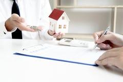 O homem novo estava a ponto de aprovar o dinheiro para alugar uma casa e um carro imagem de stock