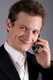 O homem novo fala por um telefone móvel Imagens de Stock