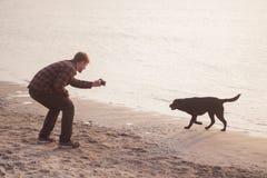 o homem novo faz a foto do cão Imagem de Stock