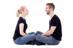 O homem novo feliz e a mulher que olham se isolaram-se no whit Imagem de Stock