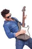 O homem novo joga a guitarra elétrica Imagem de Stock Royalty Free