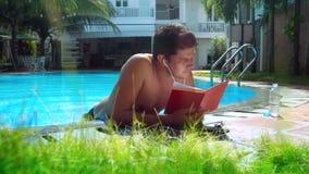 O homem novo lê o diário do papel escuta música pela borda da associação video estoque