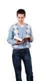 O homem novo leu o livro Fotos de Stock