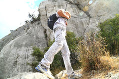O homem novo levantou nas montanhas Imagem de Stock