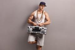 O homem novo no hip-hop veste guardar um rádio Imagens de Stock Royalty Free