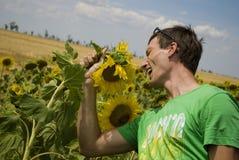 O homem novo no t-shirt verde canta uma canção Foto de Stock