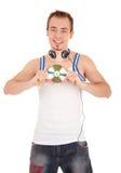 O homem novo nos auscultadores mantem uma música CD Fotos de Stock Royalty Free