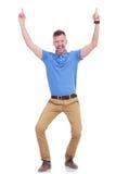 O homem novo ocasional aponta para cima Fotos de Stock Royalty Free