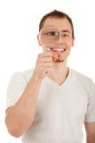 O homem novo olha através de lenz Foto de Stock Royalty Free
