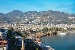 O homem novo olha o porto de Alanya fotografia de stock royalty free