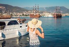 O homem novo olha o porto de Alanya fotos de stock