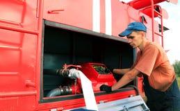 O homem novo opera o veículo através dos campos do fogo Imagem de Stock