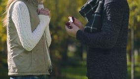 O homem novo propõe à amiga com anel, acoplamento no parque do outono, amor vídeos de arquivo