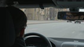 O homem novo que conduz lentamente um carro na cidade filme