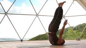 O homem novo que faz a posição acrobática para o abdômen muscles o treinamento vídeos de arquivo