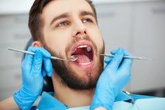 Resultado de imagem para homem no dentista