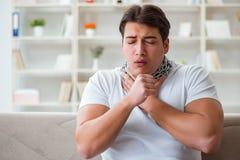 O homem novo que sofre da garganta inflamada imagens de stock