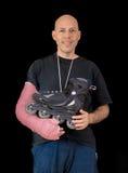 O homem novo que veste um braço moldou após um acidente de patinagem Fotografia de Stock