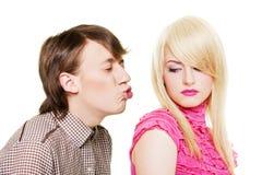 O homem novo quer beijar o blonde inacessível Imagem de Stock Royalty Free