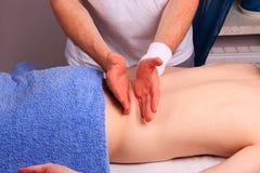 O homem novo recebe de volta a massagem Fotos de Stock Royalty Free