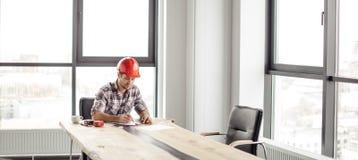 O homem novo seguro derssed ocasionalmente o trabalho no esboço no escritório fotos de stock royalty free