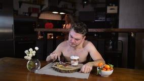 O homem novo senta-se na tabela e come-se panquecas filme