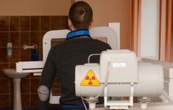 O homem novo submete-se ao exame fluorographic imperativo anual foto de stock royalty free