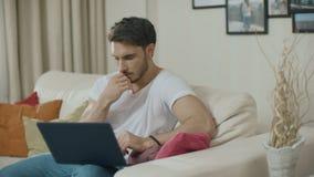 O homem novo tem a ideia Homem de neg?cio que trabalha no laptop em casa video estoque