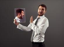 O homem tem um desacordo com si mesmo Imagens de Stock Royalty Free