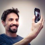 O homem novo toma um Selfie Fotografia de Stock