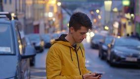 O homem novo toma um telefonema vídeos de arquivo