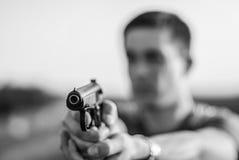 O homem novo tomou o alvo com pistola fotografia de stock royalty free