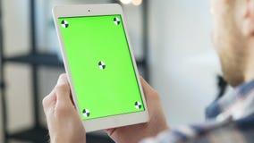O homem novo usa o smartphone com greenscreen para uma comunicação filme