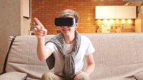 O homem novo usa vidros da realidade virtual na casa, folheando através das páginas virtuais filme
