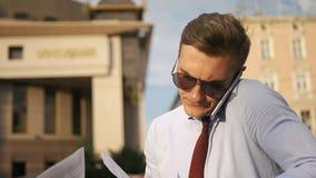 O homem novo verifica seus papéis que anda na rua filme