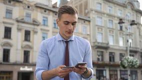 O homem novo verifica um número no cartão de crédito vídeos de arquivo