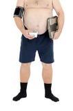 O homem obeso verifica a pressão e o peso Fotos de Stock