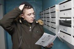 O homem obteve contas na caixa postal imagem de stock