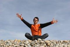 O homem ocasional novo na praia com os braços largos abre Imagens de Stock Royalty Free