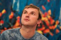 O homem olha acima pensativamente Fotografia de Stock Royalty Free