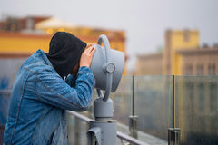 o homem olha através de seus binóculos na vigia Imagens de Stock