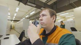 O homem olha dados dos relatórios do tela de computador na sala vídeos de arquivo